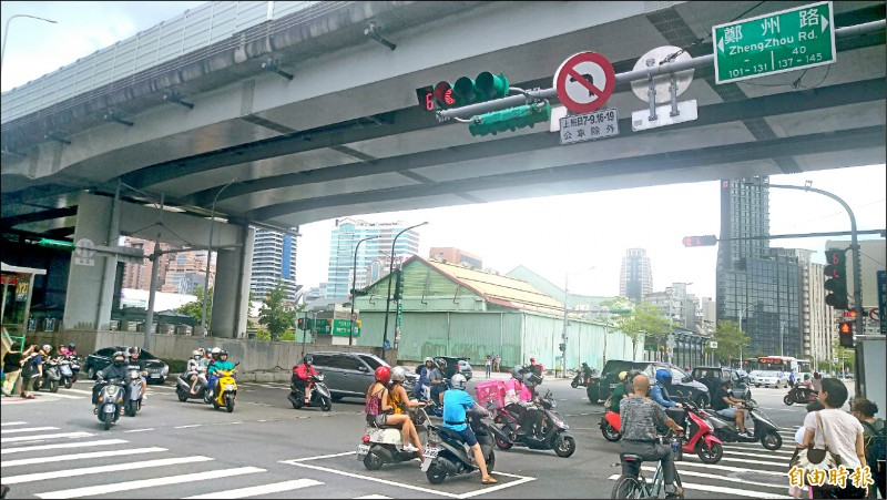 台北市交通局針對鄭州路塔城街路口施行機車兩段式左轉,施行3個月,觀察到肇事次數與受傷人數均下降。(記者蔡亞樺攝)