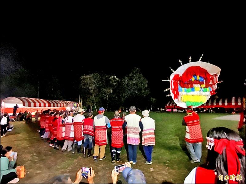 2年一度的賽夏族巴斯達隘祭典,昨晚由「南群」率先展開,一連3天在苗栗縣南庄鄉向天湖祭場舉行,族人在祭屋前廣場圍成圓圈唱祭歌、跳舞迎靈,直到黎明。(記者彭健禮攝)