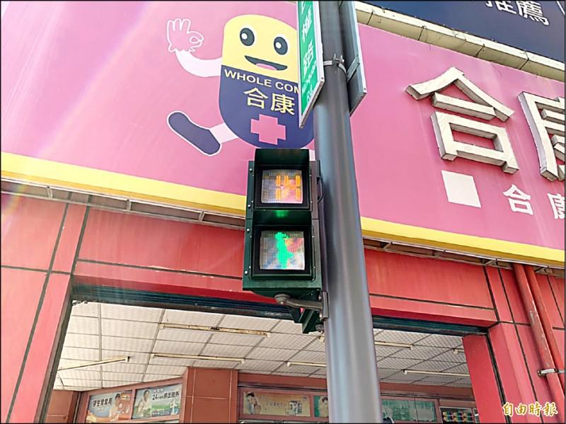 新竹市政府把位在新竹女中旁行人通行的紅綠燈「小綠人」,改為紮馬尾、穿裙子的女版小綠人,讓竹女學生覺得很新奇。(記者洪美秀攝)