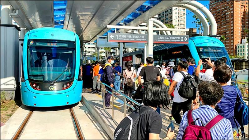 淡海輕軌藍海線第1期於11月15日下午2點正式通車,通車後平日連續3天單日都飆破2萬人次,較平日約9000人次暴增。(新北大眾捷運公司提供)