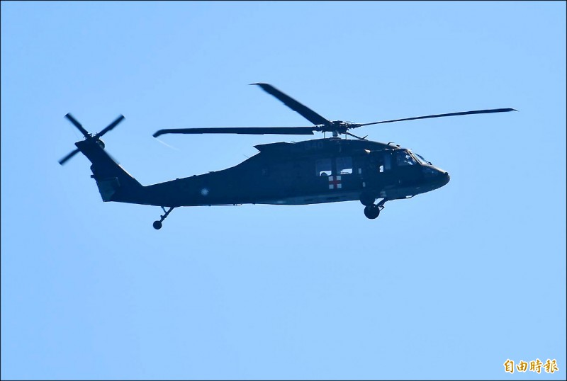 失聯飛官蔣正志的家屬,昨早搭乘軍方搜救直升機,前往雷達光點消失海域上空,對蔣上校呼喚,希望能趕快出現,加速搜救作業。 (記者游太郎攝)