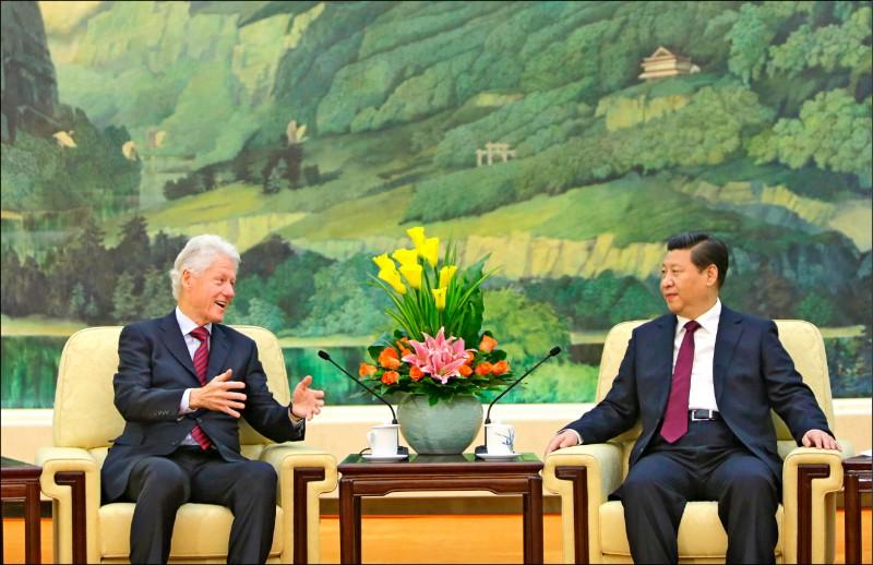 美國前總統柯林頓2013年造訪中國時,會晤中國國家主席習近平。(美聯社檔案照)