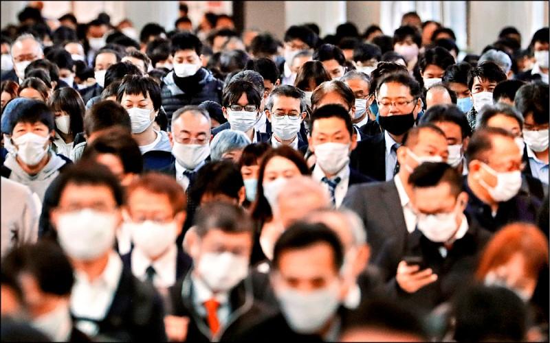 日本的武漢肺炎疫情近日逐漸加溫,13日東京品川車站內的通勤民眾全都戴上口罩。(路透)