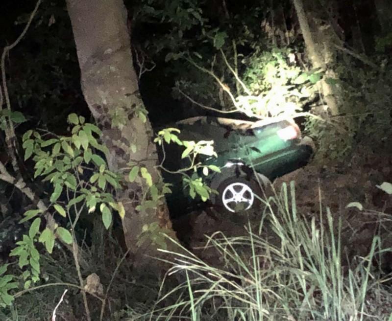 1名林姓男大生昨夜在139線開車失控噴飛墜谷車毀,奇蹟僅受輕傷。(記者湯世名翻攝)