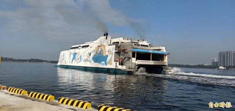 台南安平直達澎湖馬公的海上遊輪「麗娜輪」今天試營運啟航,多人到場見證台南航運史上重要一刻。(記者王姝琇攝)