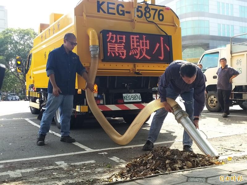 竹北市第一輛掃街車現場示範將路邊落葉及垃圾收集至車內的儲存槽。(記者廖雪茹攝)