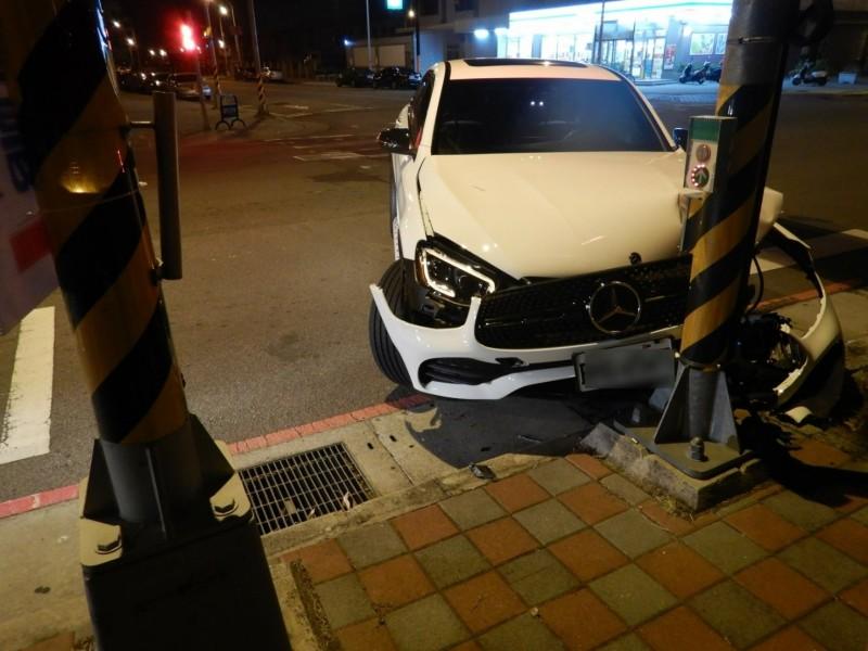 [新聞] 酒後想找地方「抓腳底」 醉男撞壞450萬賓士車