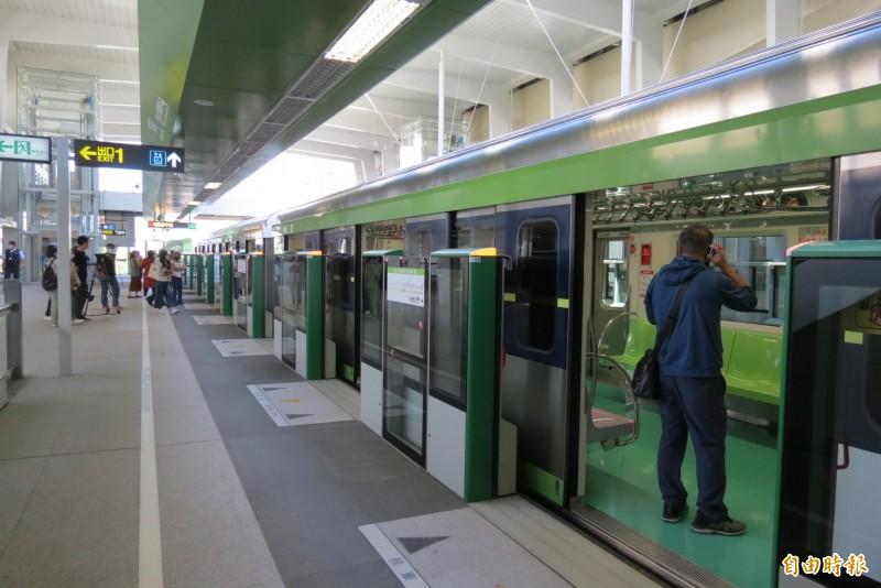 中捷綠線先關車門再關月台門,市議員要求改進。(記者蘇金鳳攝)