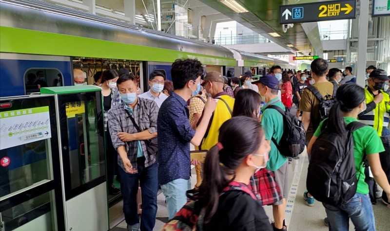 台中捷運綠線試營運5天,搭乘旅客已達30萬人,民眾提出列車啟動速度及關門速度、行駛轉彎段噪音等問題。(市政府提供)