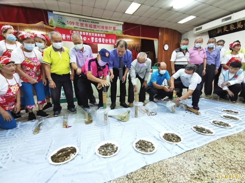 仁德區農會持續15年響應家扶的愛心竹筒活動。(記者吳俊鋒攝)