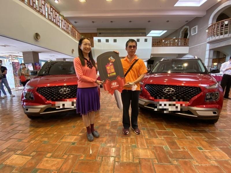 張小姐(左)、賴先生(右)抽中現代汽車,是最大獎得主。(記者蔡昀容攝)