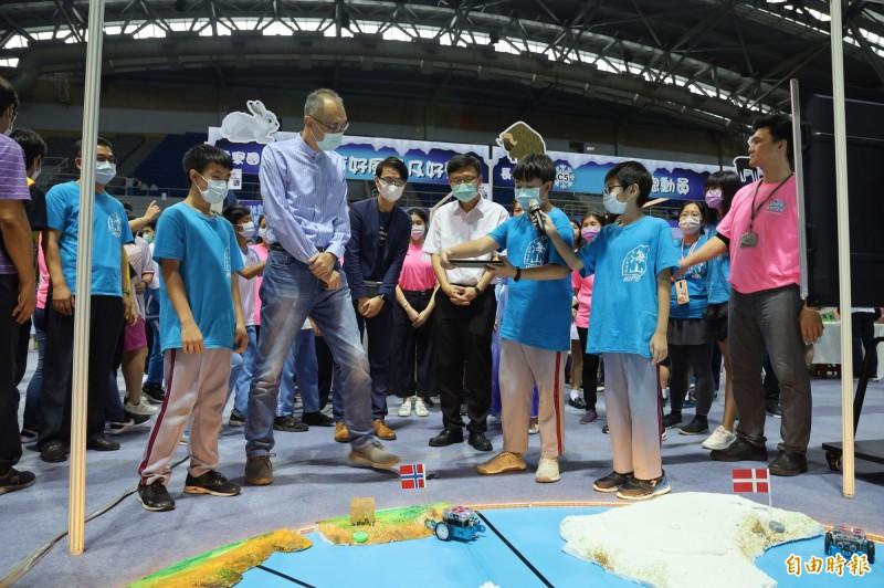 副市長謝政達體驗海山國小以mBot機器人設計的「急速求生_北極戰場」。(記者周湘芸攝)