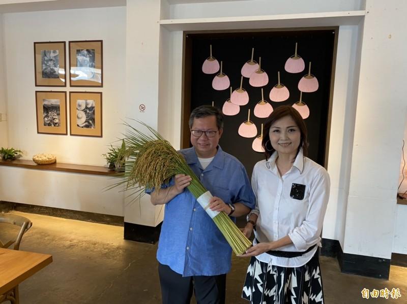 桃園市長鄭文燦(左)拜會莿桐農會,總幹事張鈺萱送上莿桐良質米。(記者詹士弘攝)