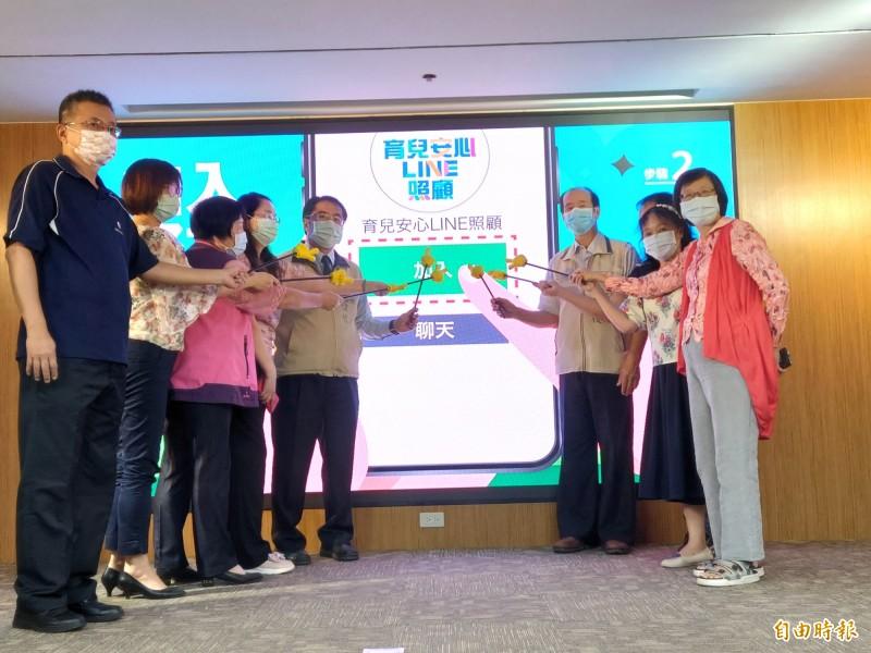 台南市長黃偉哲今日率社會局團隊,宣布啟動全國第一支「育兒安心Line照顧」Line官方帳號,呼籲民眾共同守護幼保安全環境,一同協力防範兒虐事件發生。(記者洪瑞琴攝)