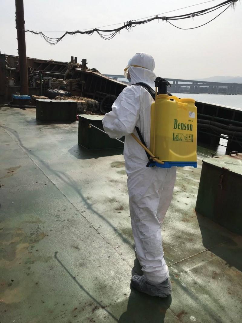 人員登船檢查並消毒。(新竹海巡隊提供)