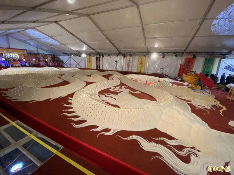 長230公尺的米巨龍,使用8萬8千台斤白米打造。(記者詹士弘攝)