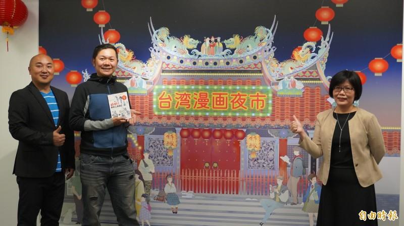 駐日台灣文化中心「台灣漫畫夜市」台灣原創漫畫展今開幕,旅日漫畫家米奇鰻(左2)到場介紹他的參展新作。(記者林翠儀攝)