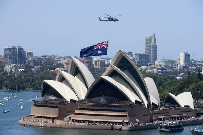 面對中國使館怒氣,澳洲外交和貿易部指出,「澳洲政府為了我們的國家利益,根據我們的價值觀和開放的民主社會做出了明智的決定。」圖為澳洲國旗與雪梨歌劇院。(歐新社檔案照)