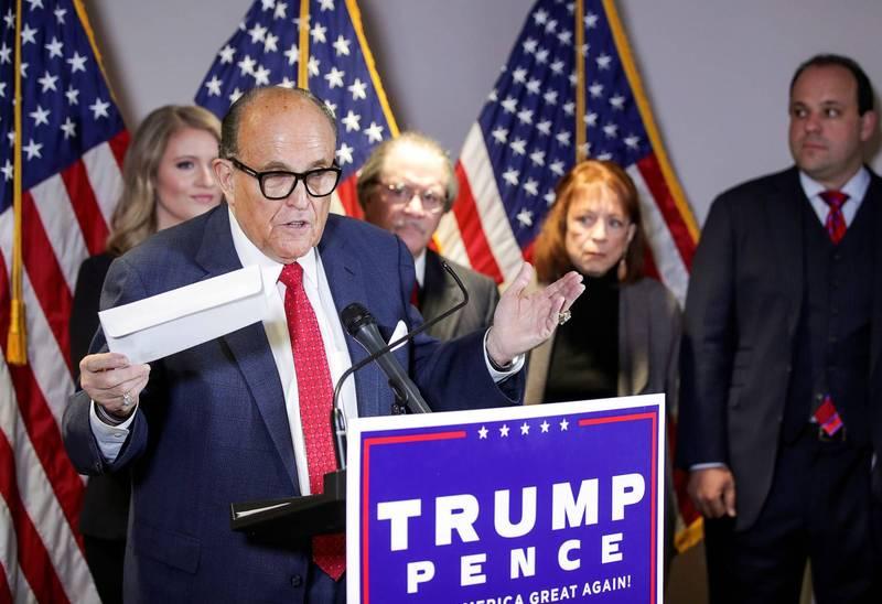 川普的律師團召開記者會,砲轟民主黨選舉詐欺。(路透)