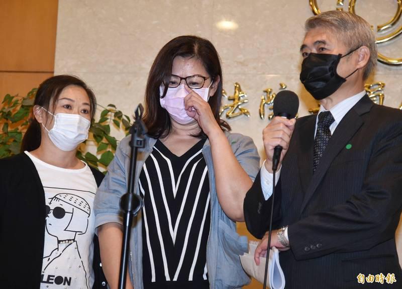蘇震清妻子廖靖汝(右)在律師陪同下在立法院召開記者會,一開口即哽咽。(記者劉信德攝)