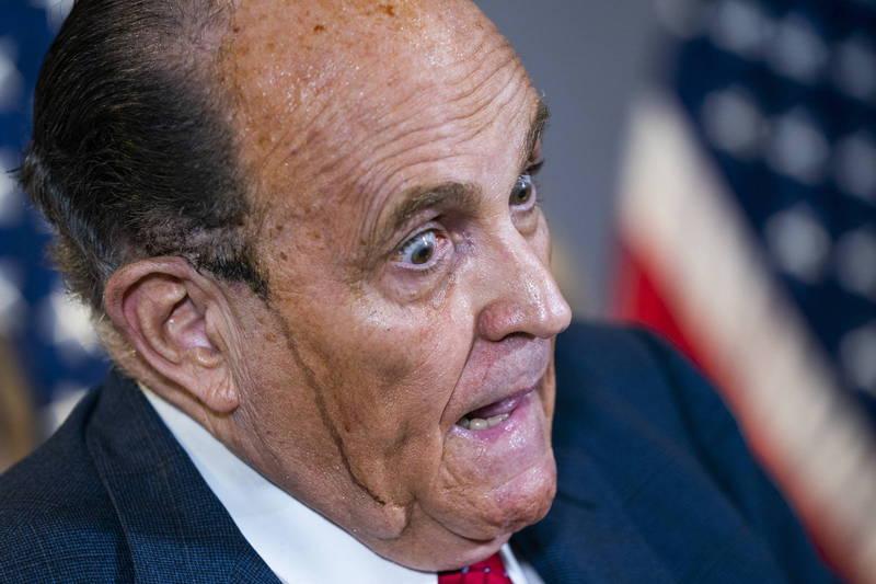 朱利安尼,為了應付川普在各州提起的法律戰訴訟忙得不可開交。19日他在華府召開記者會時,被媒體拍到頭上不停流下「黑色汗液」。(歐新社)