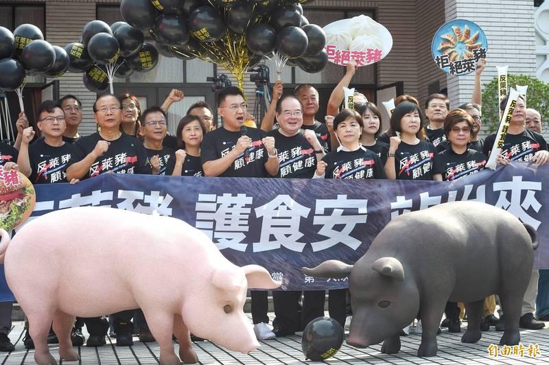 國民黨今舉行「秋鬥—反萊豬顧食安大遊行前記者會」,由黨主席江啟臣說明。(記者方賓照攝)