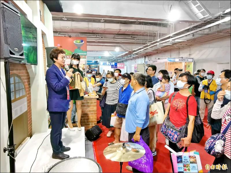 台南市副市長趙卿惠(左)以有獎徵答方式與民眾互動,行銷台南觀光。(記者吳俊鋒攝)