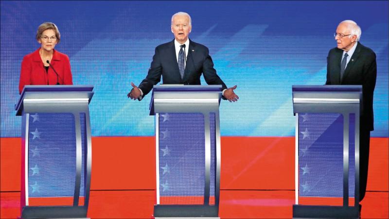 民主黨總統當選人拜登(中)、麻州聯邦參議員華倫(左)和佛蒙特州聯邦參議員桑德斯,二月七日在新罕布夏州舉行的民主黨總統黨內初選中同台辯論。(美聯社檔案照)