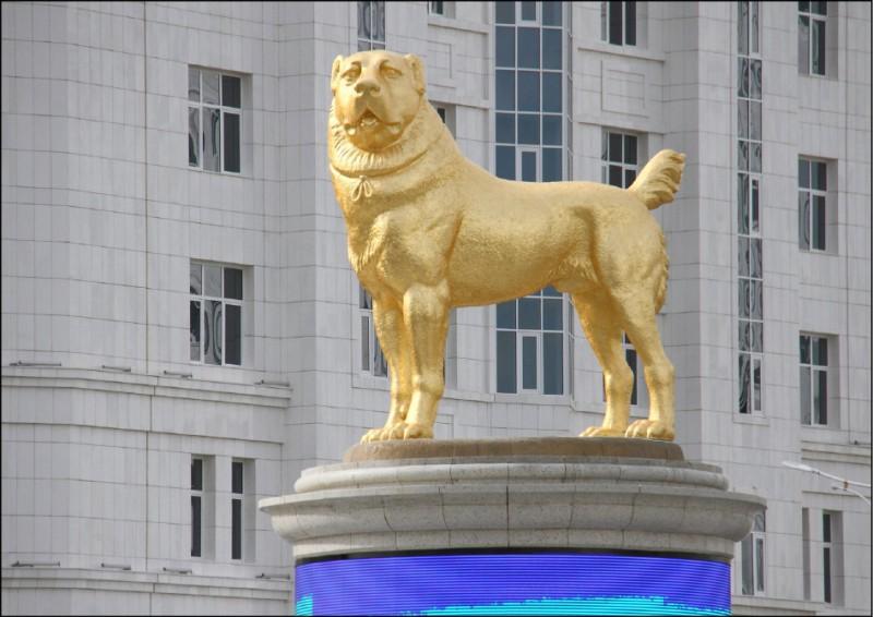 土庫曼首都阿什哈巴特街頭立有國人心愛的阿拉拜犬鍍金雕像。(路透)