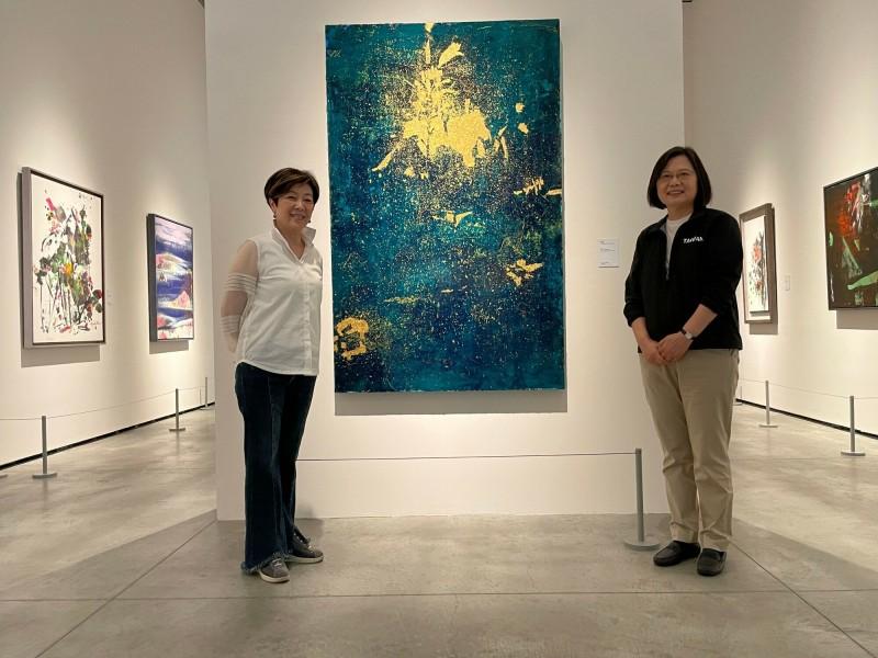 總統蔡英文(右)今天到訪南美館,參觀張淑芬(左)畫展。(記者洪瑞琴翻攝)