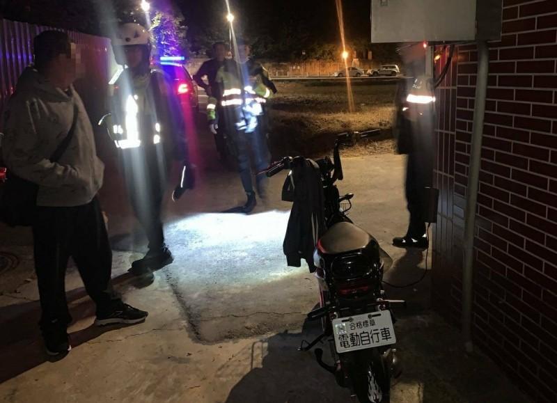 鄭姓男子(左1)接用土地公廟的電源為電動車充電,被警方依竊盜罪嫌送辦。(記者周敏鴻翻攝)
