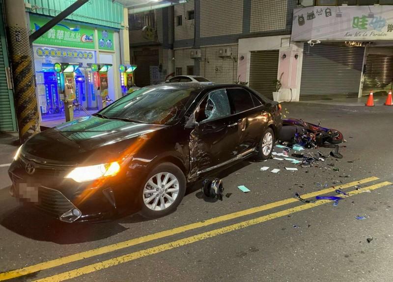 陳姓現役軍人騎車猛撞轎車噴飛,騰空翻數圈墜地慘死,肇事現場一片狼藉。(記者湯世名翻攝)