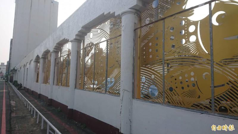 台南舊魚市場正進行藝術裝置改造,嶄新的純白外牆搭配金光閃閃的鏤雕,展現魚獲滿滿的生命故事。(記者洪瑞琴攝)
