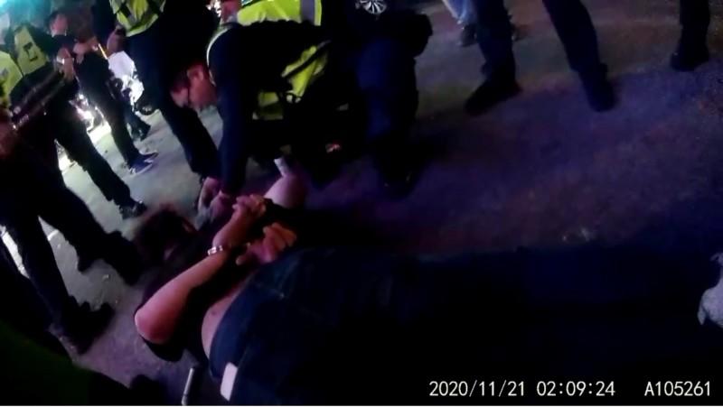 劉男搶付1100元酒錢,涉嫌對KTV員工施暴,被20名警察壓制逮捕。(記者張瑞楨翻攝)