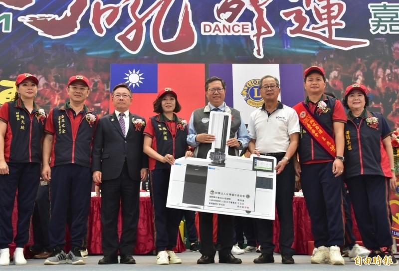 國際獅子會300G2區捐贈1套氣相層析質譜儀給桃園市政府消防局,由市長鄭文燦(右4)代表受贈。(記者周敏鴻攝)