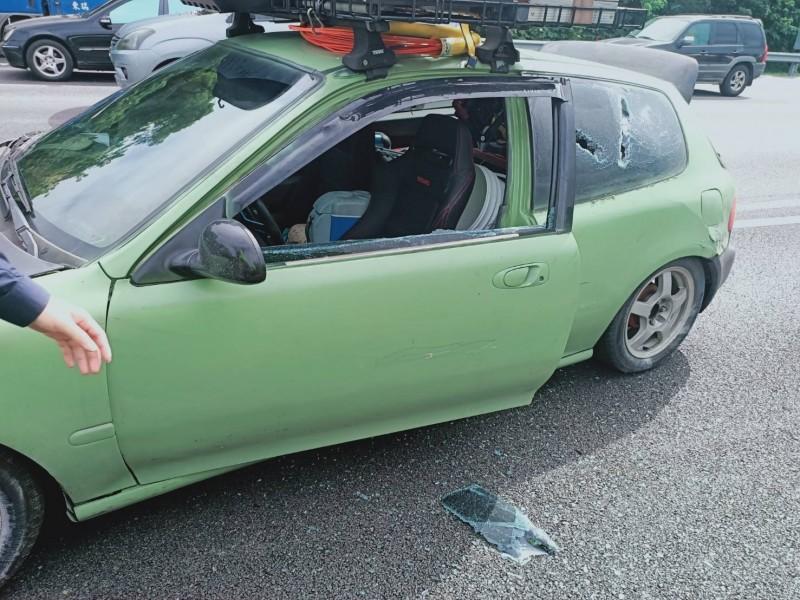 2車在國道上因變換車道衝突,一車駕駛座側玻璃被打破。(警方提供)
