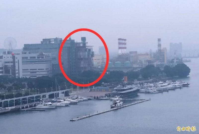總統蔡英文遠眺的原慶富大樓(紅圈)。(記者洪定宏攝)