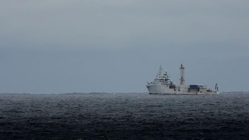 銓日儀海測船「奧黛麗絲號」今天上午在花蓮外海上進行探測失聯的F-16工作。(記者王錦義翻攝)