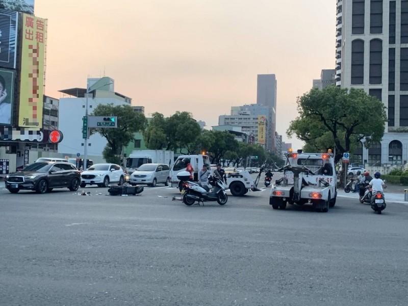 交通大隊警員指揮民間拖吊車聯手護住車禍路倒民眾。(記者黃佳琳翻攝)