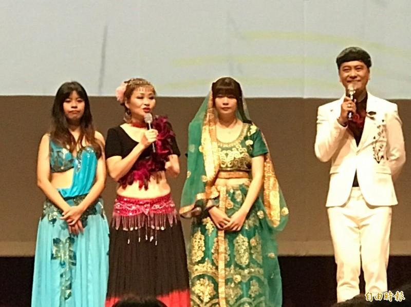 被稱為百變女王的獨臂舞手王蜀蕎(左2)與女兒鄭惠尹(右2)、鄭琪藍(左1)帶來肚皮舞表演,並分享自身故事。(記者王姝琇攝)