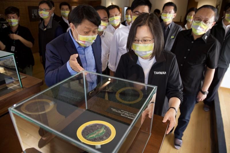 總統蔡英文戴上高雄一百紀念口罩,參觀逍遙園向日本借展的80年前開園紀念盤。(高雄市文化局提供)