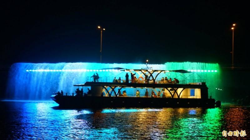大鵬灣水幕光雕是夜間吸客亮點。(記者陳彥廷攝)