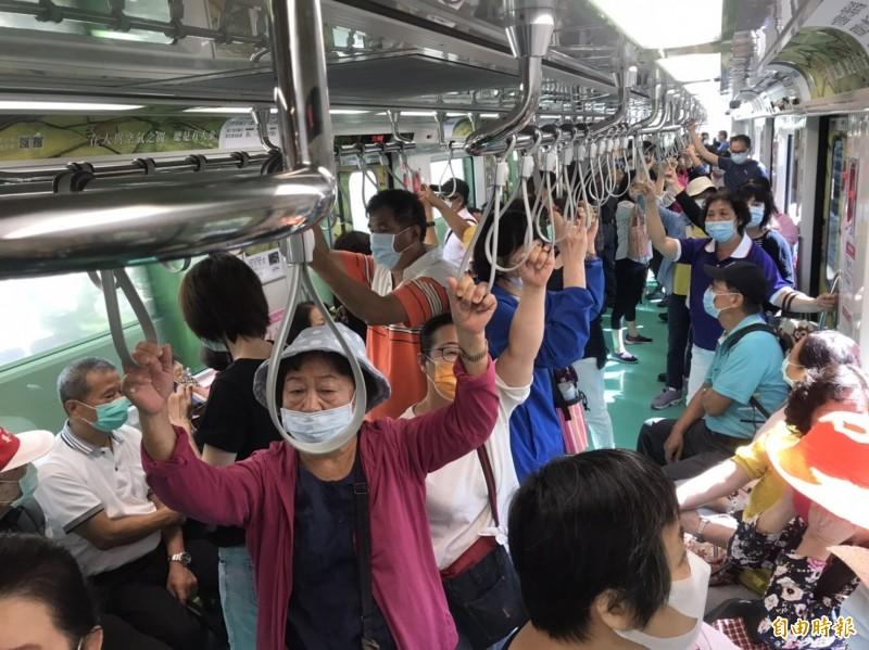 中捷試營運免費搭乘,尖峰期幾乎班班客滿。 (記者蔡淑媛攝)