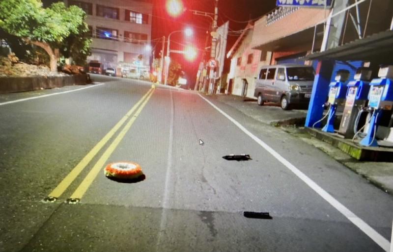 車禍現場遺留小花圈。(記者楊金城翻攝)