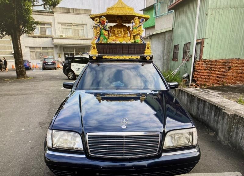 何男駕駛的佛祖車涉嫌肇逃,也未掛車牌。(記者楊金城翻攝)