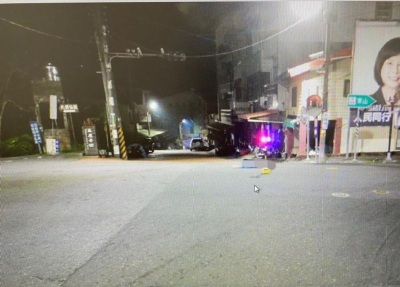 男子路倒街道,疑20秒先後被2輛轎車輾過,當場死亡。(記者楊金城翻攝)