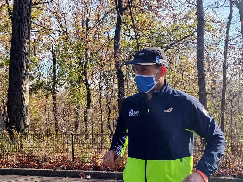 潘尼克週四在紐約中央公園完成了5公里的路跑,而他是一名盲人,在過程中僅依靠手機APP的協助,圖為潘尼克。(路透)