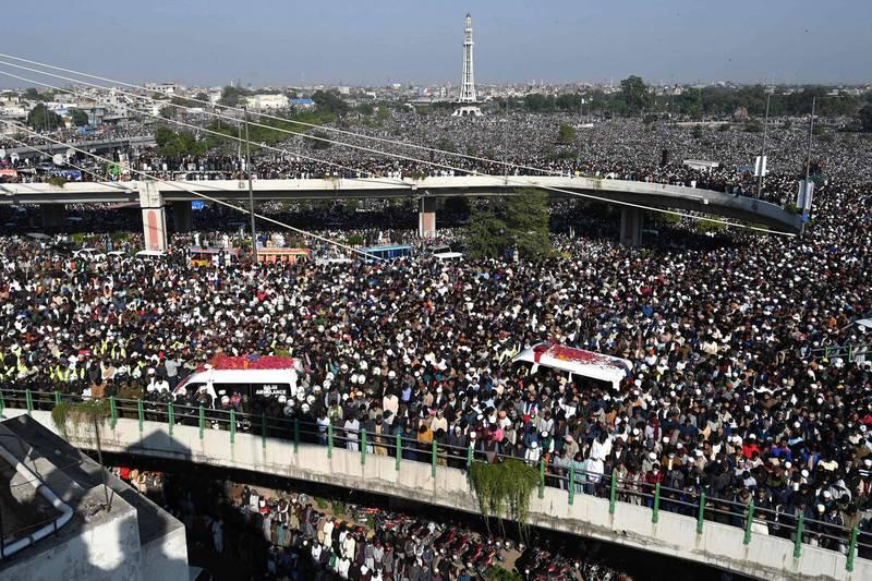 巴基斯坦伊斯蘭宗教領袖里茲維因心肌梗塞於19日過世,數十萬穆斯林上街哀悼。(法新社)