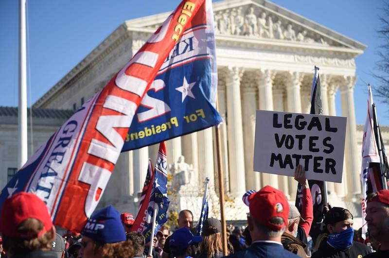 川普支持者日前在最高法院外指控美國總統大選舞弊。(法新社資料照)