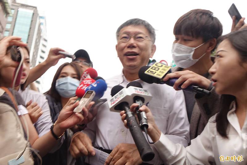 台北市長柯文哲21日參加國際扶輪3481地區國際扶輪日樂智慈善公益園遊會,進入會場時被媒體包圍提問。 (記者劉信德攝)